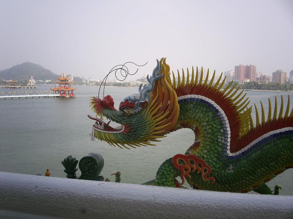 蓮池譚は高雄にある大きな池。周りに多くの寺院や廟がある。