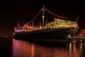 闇夜に輝く船