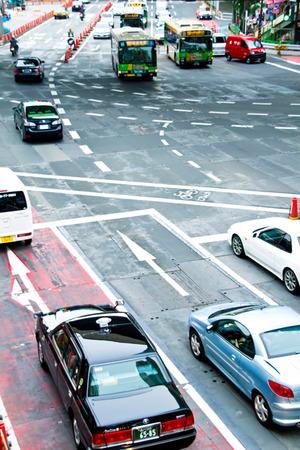 交差点を通る車